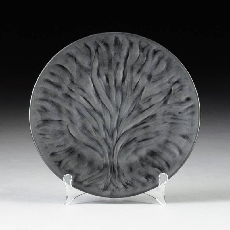 A SET OF EIGHT LALIQUE FROSTED BLACK ALGUES CRYSTAL DINNER PLATES ENGRAVED SIGNATURE MODERN by Simpson Galleries | Bidsquare & A SET OF EIGHT LALIQUE FROSTED BLACK ALGUES CRYSTAL DINNER PLATES ...
