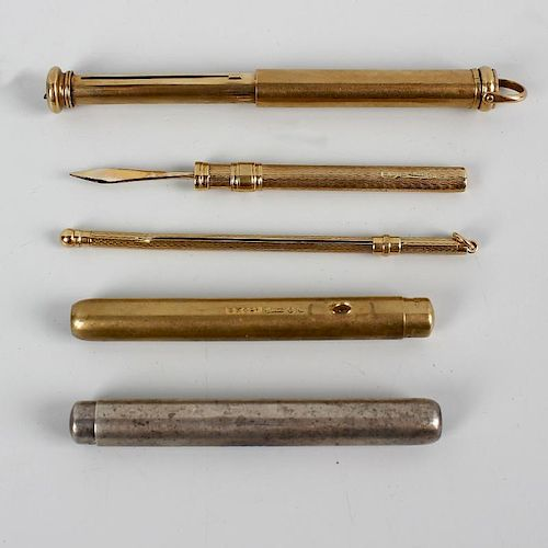 A small selection of 9ct gold and other items. To include a retractable toothpick, swizzle stick and
