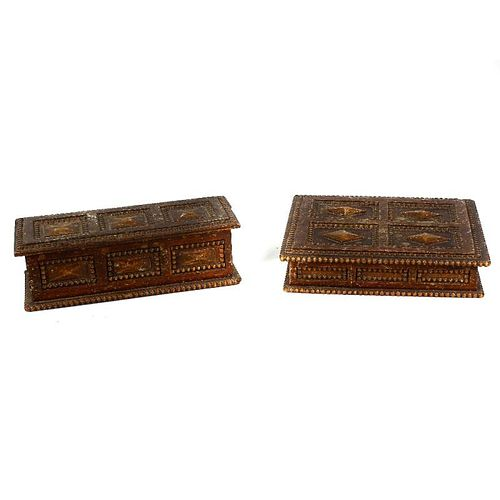 A box containing an early 20th century oak cased set of dominoes, a similar set of draughts, a woode