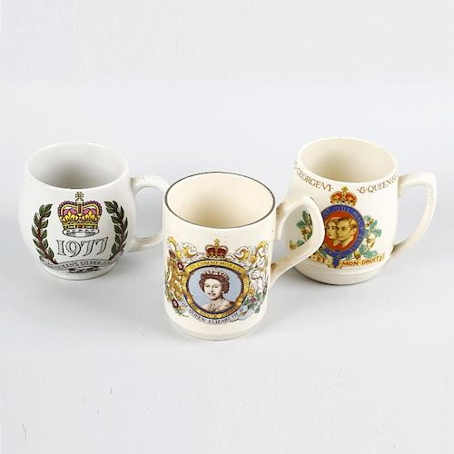 A box containing a mixed selection of commemorative pottery mugs, predominantly Queen Elizabeth II,
