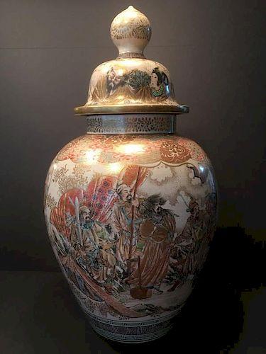 "ANTIQUE Huge Japanese Satsuma Covered Jar, Meiji period, 22"" high. Large and heavy. 日本大盖罐、明治时期,高22英寸。大而重。"