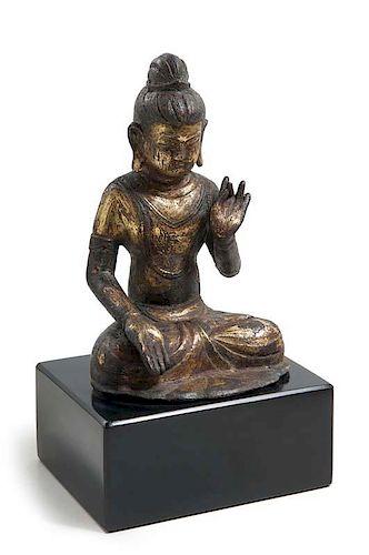 Buddha im Lotussitz, die rechte Hand zur Geste d