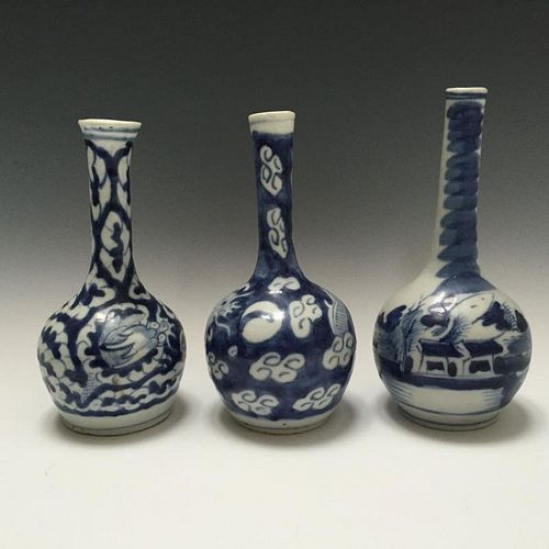 THREE OF CHINESE ANTIQUE BLUE AND WHITE PORCELAIN BOTTLE VASES,18C.
