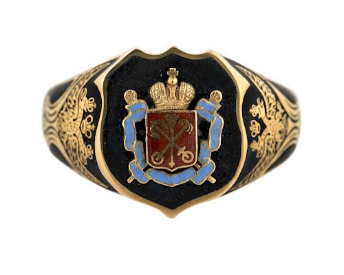 AN ANTIQUE RUSSIAN GOLD RING WITH AN ENAMEL COAT OF ARMS OF SAINT PETERSBURG