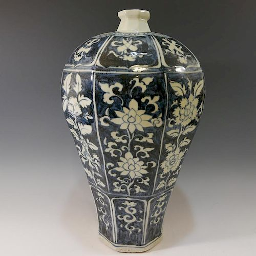 CHINESE ANTIQUE BLUE WHITE PORCELAIN VASE - MING DYNASTY