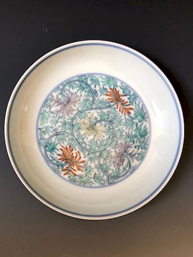 A CHINESE ANTIQUE DOUCAI PLATE, MARKED.