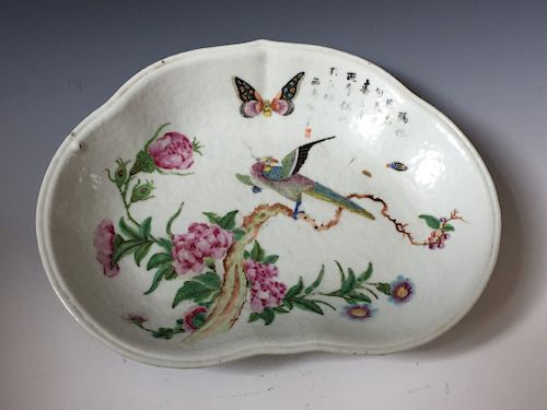 CHINESE ANTIQUE FAMILLE ROSE PORCELAIN PLATE.