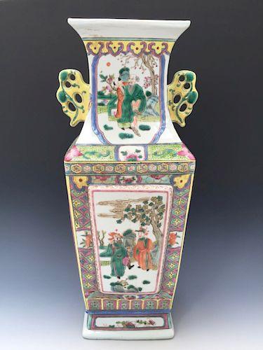 CHINESE ANTIQUE FAMILLE ROSE VASE, 19TH CENTURY