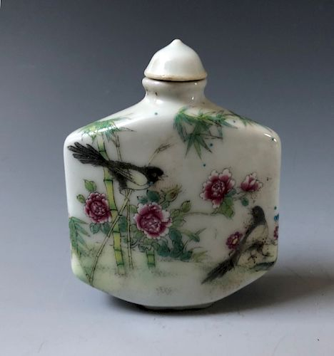 CHINESE ANTIQUE PORCELAIN  SNUFF BOTTLE . 19TH OR EARLY 20TH