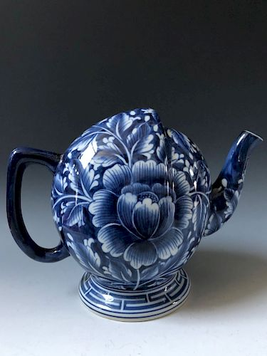 A CHINESE ANTIQUE BLUE AND WHITE PORCELAIN  TEA POT