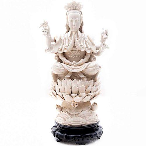 Avalokitesvara sobre flor de loto. China, siglo XX. Elaborada en cerámica blanca vidriada. Con base de madera. Brazos moviles.