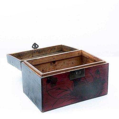 Caja de caudales. China, primera mitad del siglo XX. Elaborado en madera tallada y laqueada en negro y rojo. Con cerradura de latón.