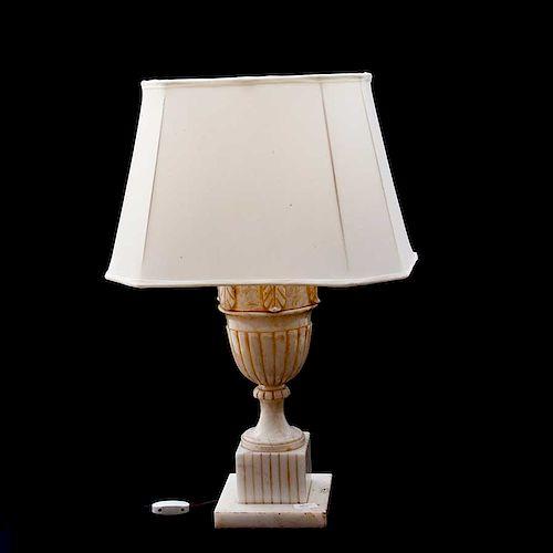 Lámpara de mesa. Italia, siglo XX. En alabastro con pantalla de tela. Para 1 luz. Decorado con fuste de copa, frondas y base cuadrada.