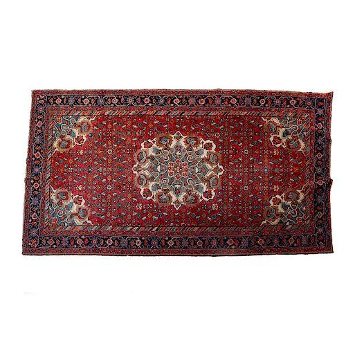 Tapete. Siglo XX. Estilo persa. En fibras naturales de lana y algódon. Con medallón central, motivos orgánicos y florales.