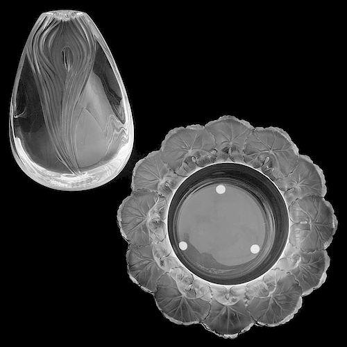 Centro y cenicero. Francia, siglo XX. Elaborados en cristal opaco Lalique. Decorados con motivos florales y orgánicos. Piezas: 2