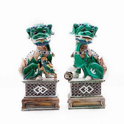 Par de leones Fu. China, siglo XX. Estilo Tang. Elaborados en cerámica vidriada y esgrafiada. Piezas: 2