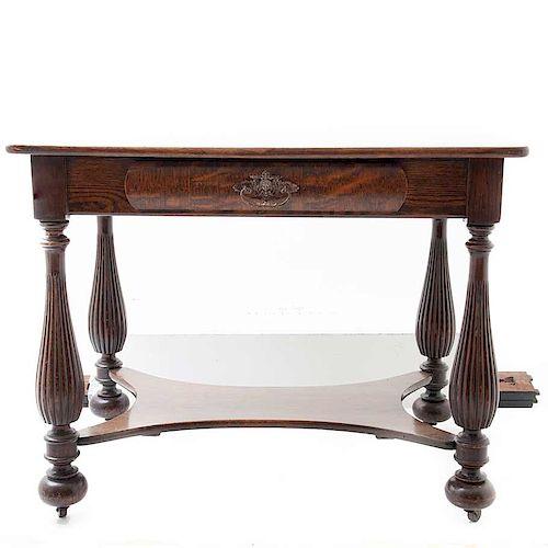 Mesa de vestíbulo. Siglo XX. Elaborada en madera tallada de encino. Con cubierta rectangular y cajón con tirador de metal.