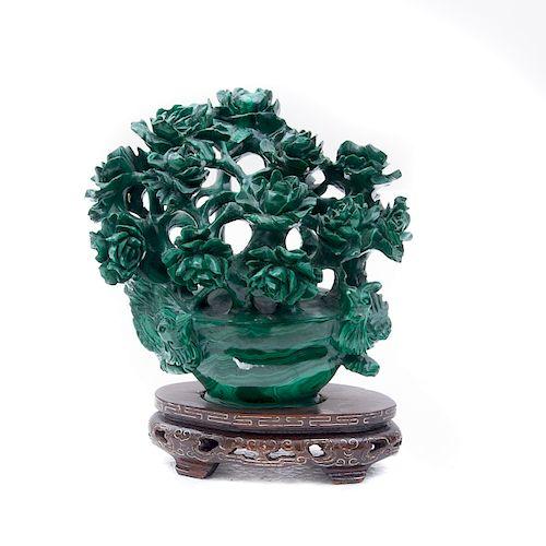 Flores con aves. China, siglo XX. Elaborado en malaquita. Con base de madera con esmalte dorado.
