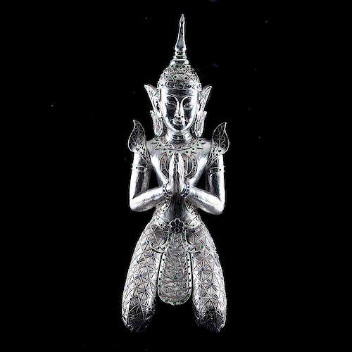 Siddharta en oración. Siglo XX. Elaborado en resina esmaltado en color plata, con aplicaciones de cristales de colores.
