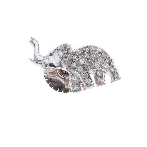 Pin con diamantes en plata paladio. 22 acentos de diamantes. Peso: 2.3g.