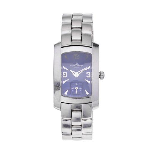 Reloj Baume & Mercier. Movimiento de cuarzo. Caja rectangular en acero. Carátula color azul. Pulso acero.