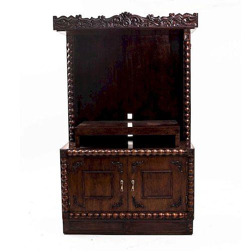 Centro de entretenimiento. Siglo XX. Estilo Barroco. Elaborado en madera tallada y laqueada. Cubierta rectangular con 2 puertas.