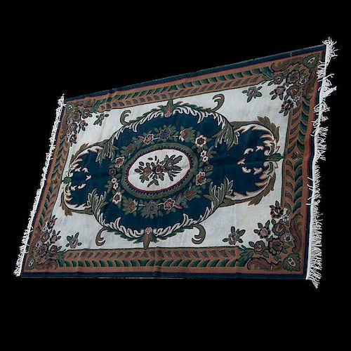 Tapete. China, siglo XX. Estilo Aubusson. Elaborada con fibras de olefina. Decorada con medallón central y motivos florales.
