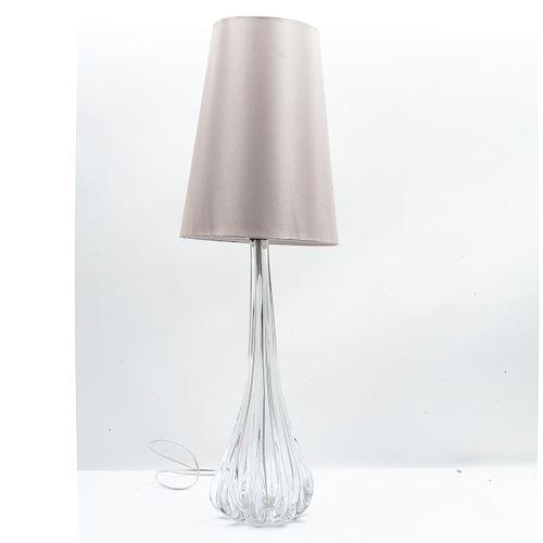 Lámpara de mesa. Siglo XX. Elaborada en cristal. Para 1 luz. Diseño orgánico, con pantalla plateada.