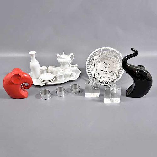 Lote mixto de 44 piezas. Siglo XX. Consta de 2 elefantes, centro de mesa, juego de té y 27 servilleteros.
