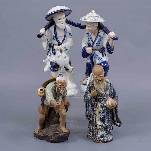 Lote de 4 figuras decorativas. Origen oriental. Siglo XX. Elaboradas en porcelana y cerámica. Acabado brillante.