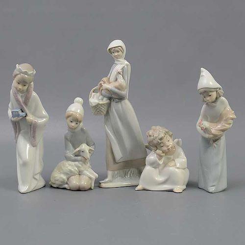 Lote de 5 figuras decorativas. España. Siglo XX. Elaboradas en porcelana Lladró. Acabado brillante. Consta de: amorcillo, entre otros.