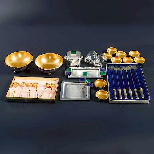 Lote mixto de 28 piezas. SXX. Elaborados en metal plateado y dorado. Diferentes diseños y tamaños. Consta de: 9 saleros entre otros.