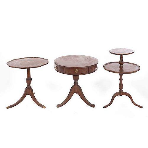 Lote de 3 mesas auxiliares. Siglo XX. En talla de madera. Una con aplicaciones de bronce. Con cubiertas circulares y soportes trípodes.