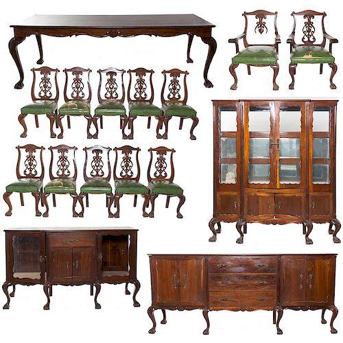 Comedor. Siglo XX. Estilo Chippendale. En talla de madera. Consta de: mesa, 10 sillas, 2 sillones, Vitrina y par de trinchadores.