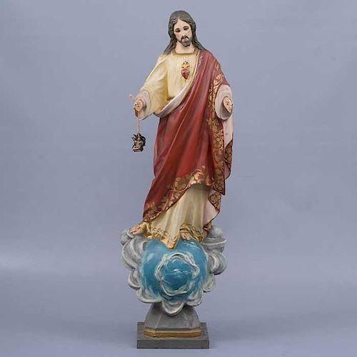 Sagrado Corazón de Jesús. Siglo XX. En talla de madera. Con capelo de cristal. Decorado con esmalte dorado.  59 x 19 x 12 cm.