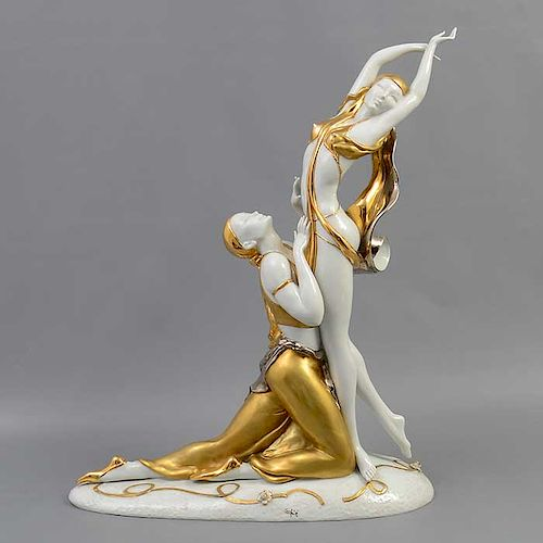 Bailarines. Siglo XX. Elaborados en porcelana. Acabado brillante. Con esmalte dorado y plateado.