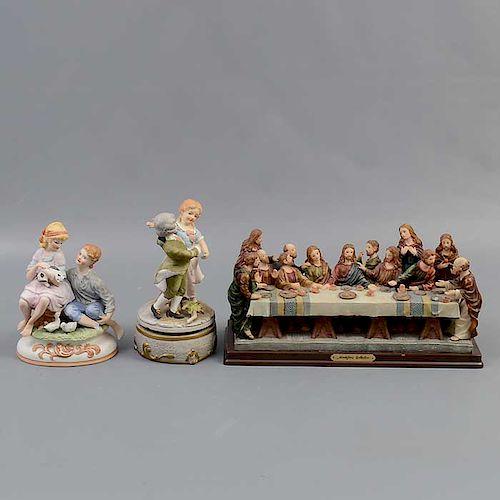 Lote de 3 figuras decorativas. Italia y México. Siglo XX. Elaboradas en resina. Acabado gres. 2 decoradas con esmalte dorado.