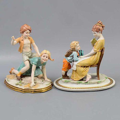 Lote de 2 figuras decorativas. Italia. Siglo XX. Elaboradas en porcelana. Acabado gres. Decoradas con esmalte dorado.