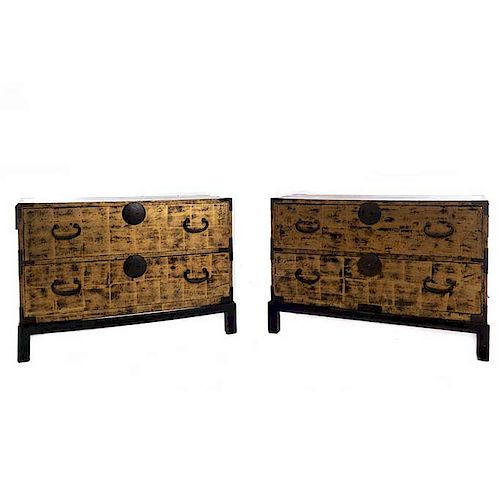 Par de cómodas. Siglo XX. En talla de madera dorada. Con bases de madera y aplicaciones de metal. Con cubierta rectangular.