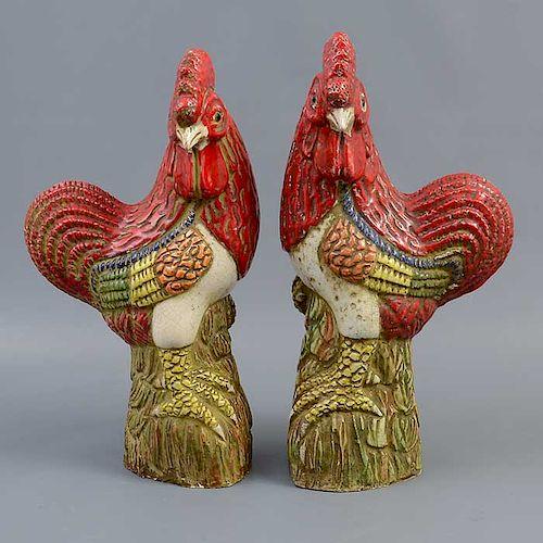 Par de gallos. Siglo XX Elaborados en cerámica. Acabado brillante.