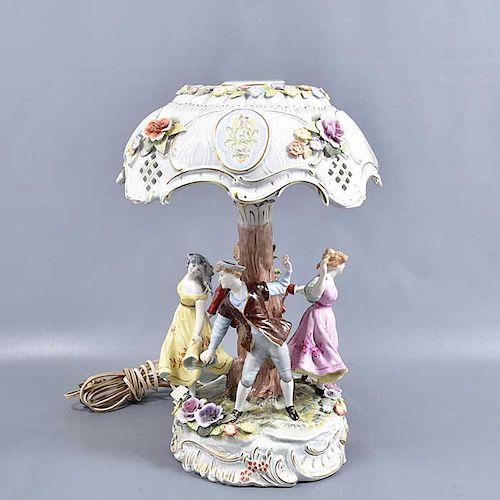 Lámpara de mesa. Alemania. Siglo XX. Elabrada en porcelana Von Schierholz. Acabado brillante. Con pantalla. Electrificada para 2 luces.
