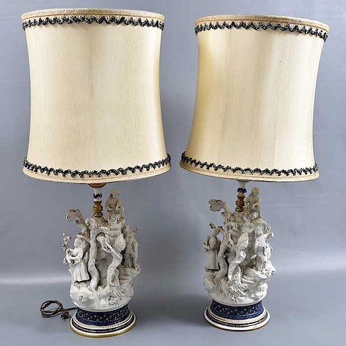 Par de lámparas de mesa.  Italia. SXX. Elaboradas en porcelana tipo Biscuit. Con pantallas de tela color beige. Para 2 luces.