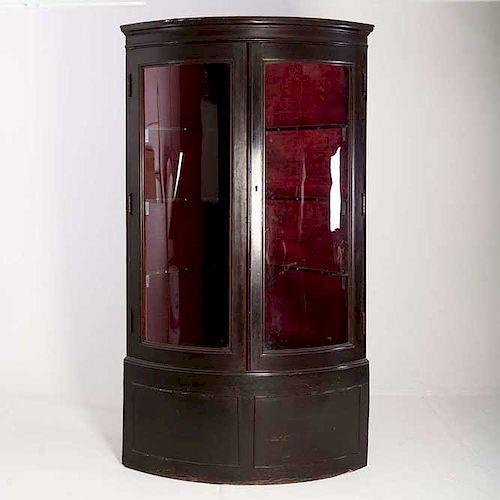 Vitrina esquinera. Siglo XX. En talla de madera. Con 2 puertas de vidrio y soportes lisos. Decorada con molduras.
