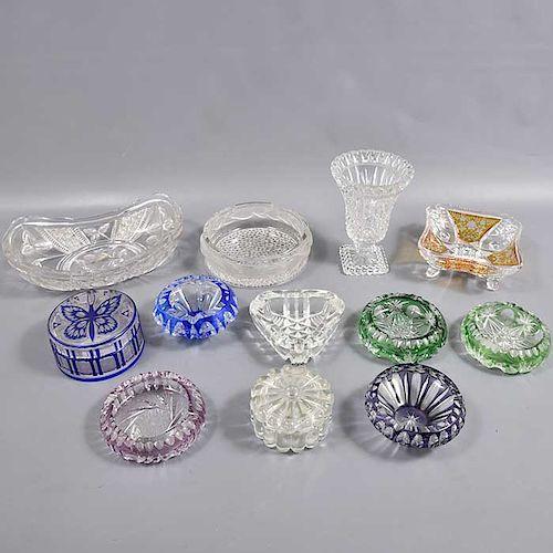 Lote mixto de 12 piezas. Origen europeo. Siglo XX. Elaborados en cristal cortado y de Bohemia. Decorados con elementos facetados.