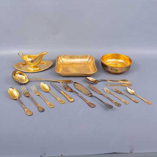 Juego abierto de cubiertos y vajilla. Francia. Siglo XX. Elaborados en metal dorado Christofle. Decorados con elementos orgánicos.