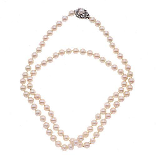 Collar de perlas. 89 perlas cultivadas de 8 mm color crema. Broche de plata. Peso: 63.2 g.
