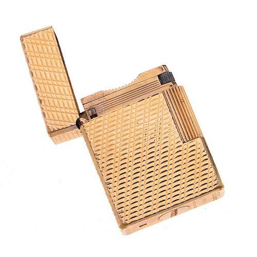 Encendedor Dupont. Caja rectangular en acero dorado. Grabado de líneas y cuadros.