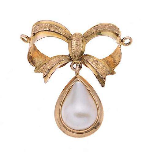 Pendiente con perla en oro amarillo de 14k 1 perla cultivada corte gota. Peso: 6.2 g.