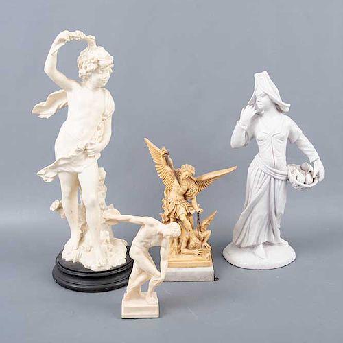 Lote de 4 figuras decorativas. Origen europeo. Siglo XX. Elaboradas en pasta y una en cerámica. Consta de: mujer con canasta, otros.