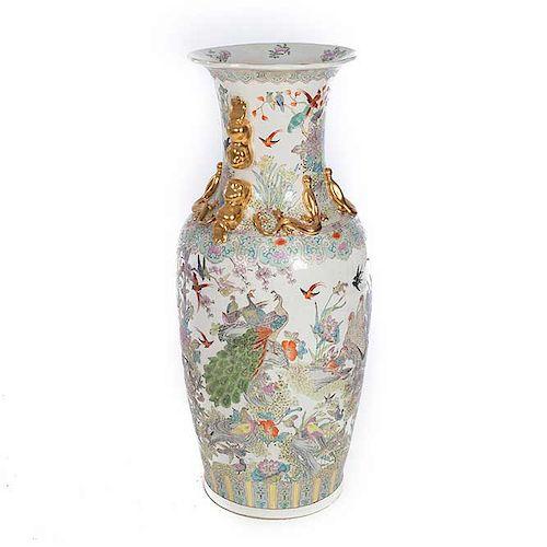 Jarrón. Origen oriental. Siglo XX. Elaborado en porcelana. Decorado con esmalte dorado, elementos florales, vegetales y zoomorfos.